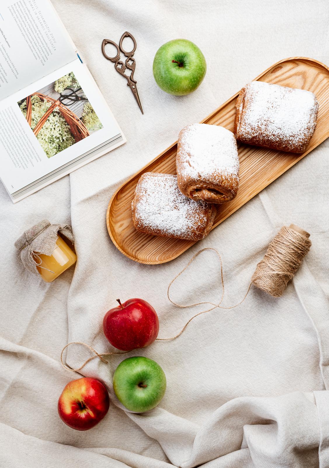 Sluoksniuota bandelė su obuoliais